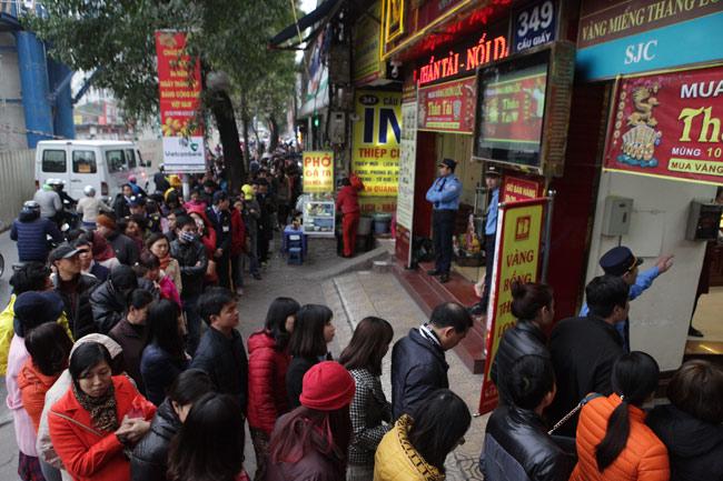 Người dân xếp hàng từ sáng sớm mua vàng cầu may - 1