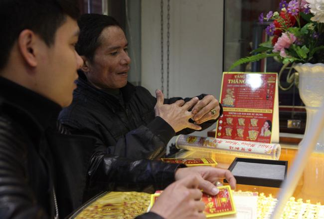 Người dân xếp hàng từ sáng sớm mua vàng cầu may - 8