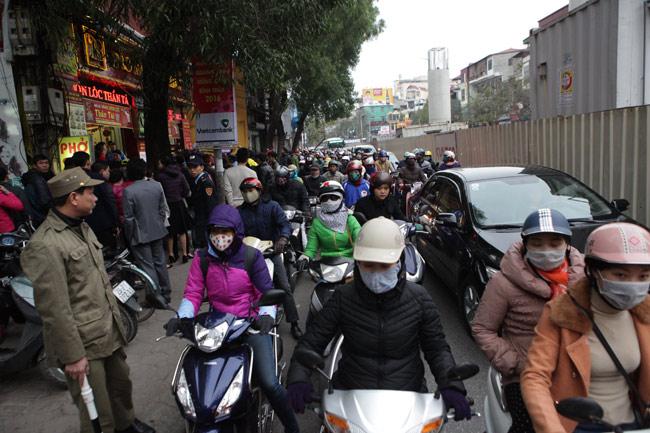 Người dân xếp hàng từ sáng sớm mua vàng cầu may - 10