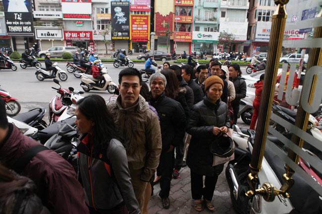Người dân xếp hàng từ sáng sớm mua vàng cầu may - 11