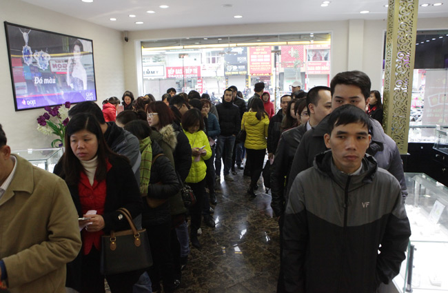 Người dân xếp hàng từ sáng sớm mua vàng cầu may - 12