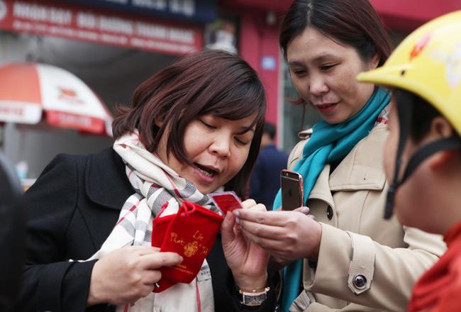 Người dân xếp hàng từ sáng sớm mua vàng cầu may - 15
