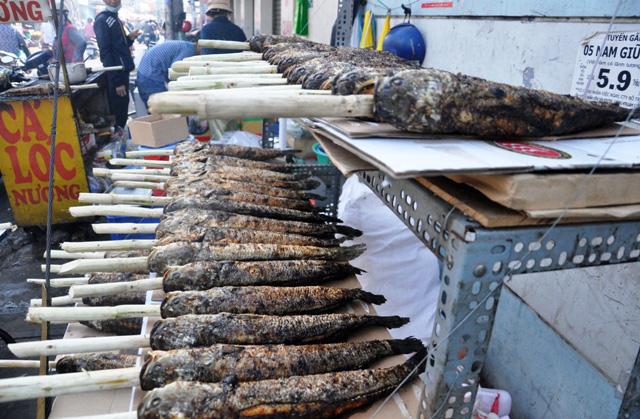 """Hàng ngàn con cá lóc nướng """"xuất xưởng"""" ngày vía Thần Tài - 1"""