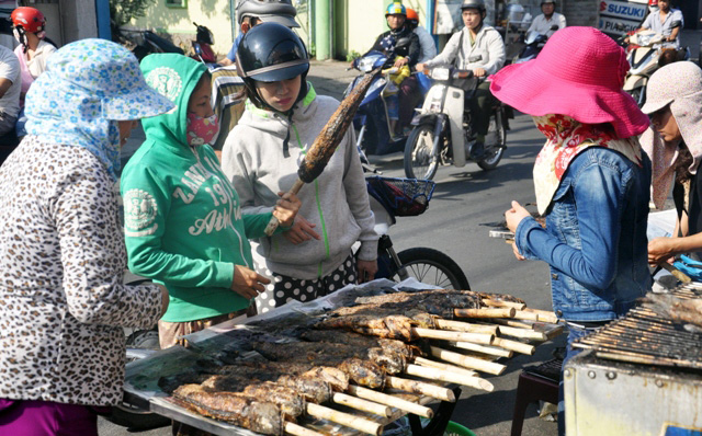 """Hàng ngàn con cá lóc nướng """"xuất xưởng"""" ngày vía Thần Tài - 2"""