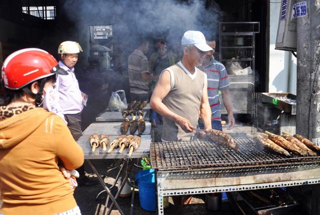 """Hàng ngàn con cá lóc nướng """"xuất xưởng"""" ngày vía Thần Tài - 3"""