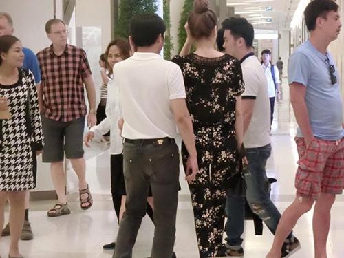 Facebook sao 17/2: Hà Hồ bị ví với 'thảm họa showbiz' - 2