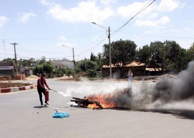 Xe máy cháy rụi sau vụ va chạm với ô tô - 1