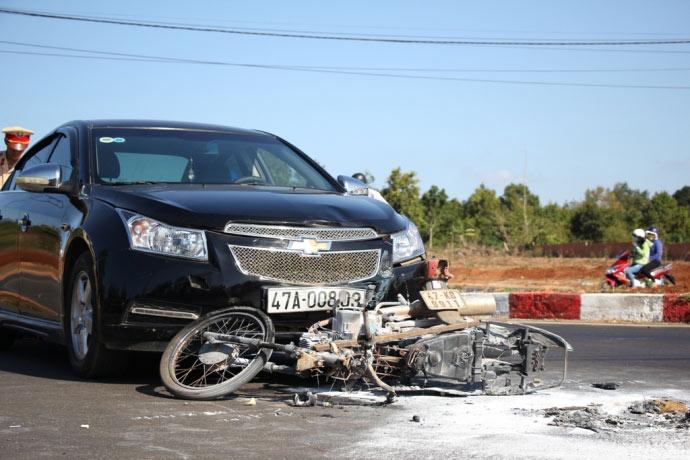 Xe máy cháy rụi sau vụ va chạm với ô tô - 2