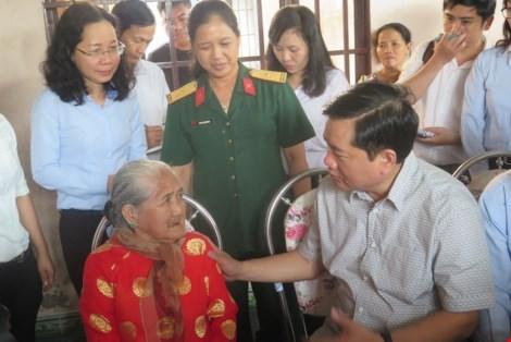 Ông Đinh La Thăng chỉ đạo làm đường, xây nhà cho dân - 1