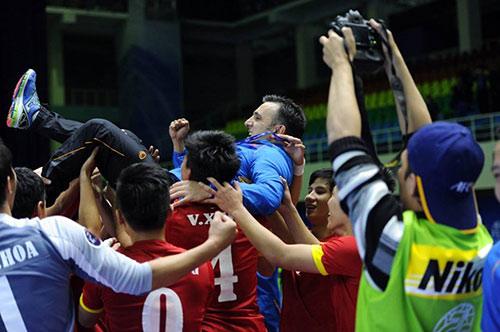 """Chân dung """"phù thủy"""" đưa futsal Việt Nam """"lên đỉnh"""" - 2"""