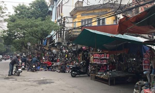Chợ Trời ở Hà Nội vắng lặng sau ngày bị kiểm tra - 1