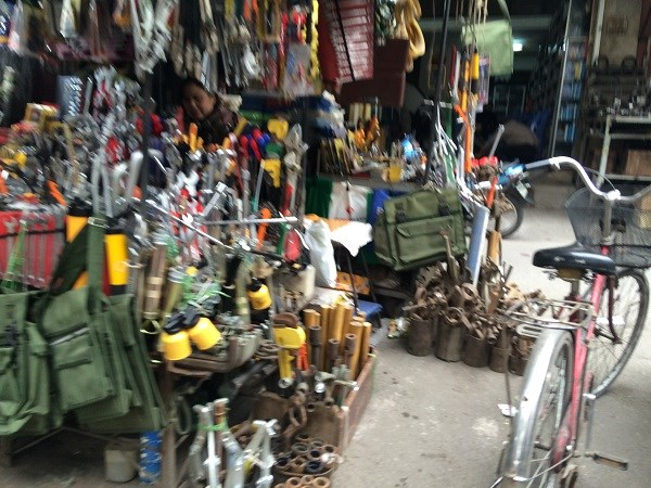 Chợ Trời ở Hà Nội vắng lặng sau ngày bị kiểm tra - 6