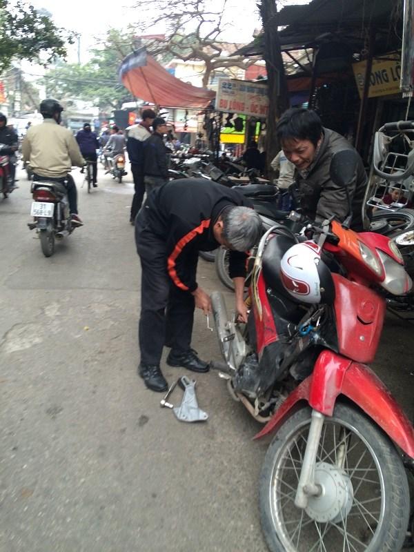 Chợ Trời ở Hà Nội vắng lặng sau ngày bị kiểm tra - 7