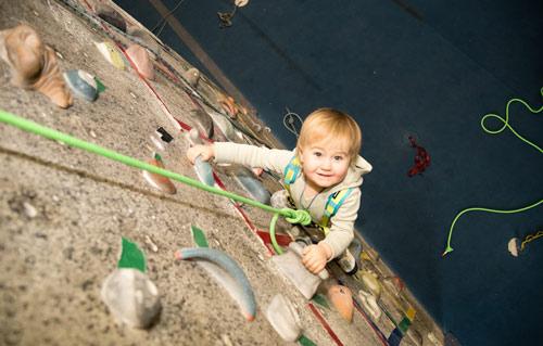 Kỳ lạ: Cô bé 2 tuổi leo tường trước khi biết đi - 1
