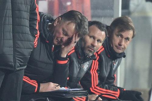 MU trở thành trò cười, Van Gaal phải bị sa thải ngay - 1