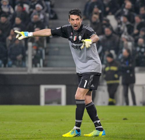 SỐC: Cầu thủ Juventus bị tấn công bằng bom... giấy - 1