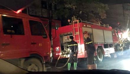 Hà Nội: Nhà 3 tầng cháy rừng rực trong đêm - 1