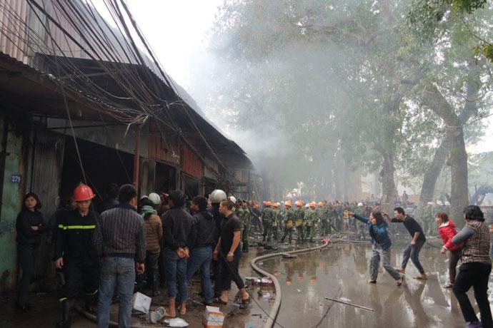 Hà Nội: Nhà dân bốc cháy, lửa lan sang 8 cửa hàng - 1