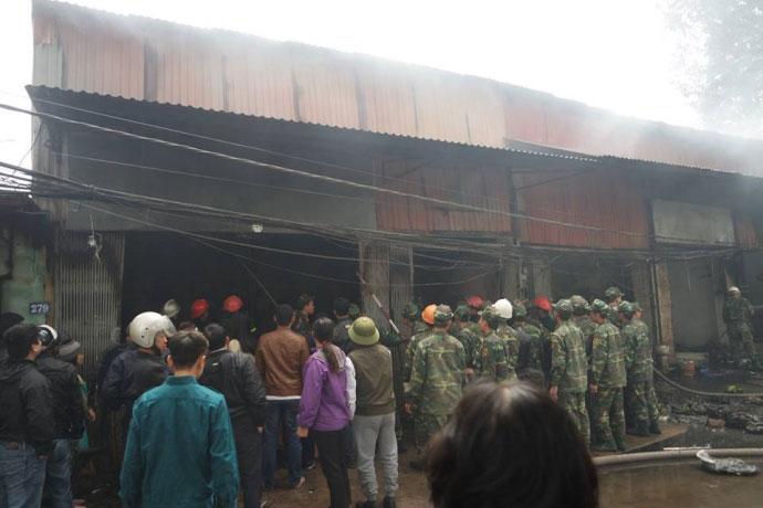 Hà Nội: Nhà dân bốc cháy, lửa lan sang 8 cửa hàng - 2