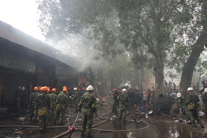 Hà Nội: Nhà dân bốc cháy, lửa lan sang 8 cửa hàng - 3