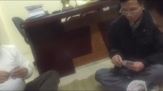 Điều tra clip Trưởng CA phường đánh bạc ở nhiệm sở - 1