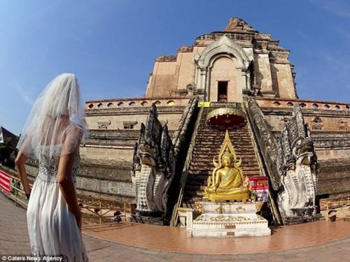 Ly hôn, người phụ nữ mặc váy cưới du lịch khắp thế giới - 1