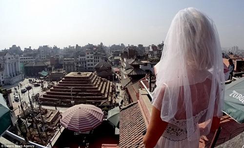 Ly hôn, người phụ nữ mặc váy cưới du lịch khắp thế giới - 5