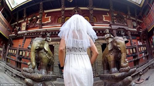Ly hôn, người phụ nữ mặc váy cưới du lịch khắp thế giới - 7