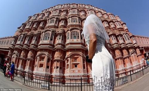 Ly hôn, người phụ nữ mặc váy cưới du lịch khắp thế giới - 9