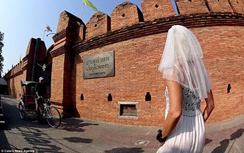 Ly hôn, người phụ nữ mặc váy cưới du lịch khắp thế giới - 10