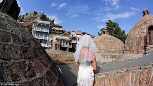 Ly hôn, người phụ nữ mặc váy cưới du lịch khắp thế giới - 12
