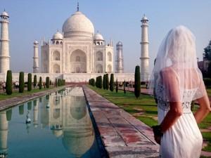Bạn trẻ - Cuộc sống - Ly hôn, người phụ nữ mặc váy cưới du lịch khắp thế giới