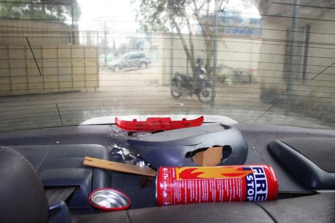 Bình cứu hỏa phát nổ trong xe ô tô con ở Thanh Hoá - 1