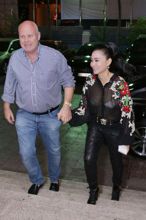 """MC Thành Trung ôm chặt Giang Hồng Ngọc để """"giảng hòa"""" - 9"""