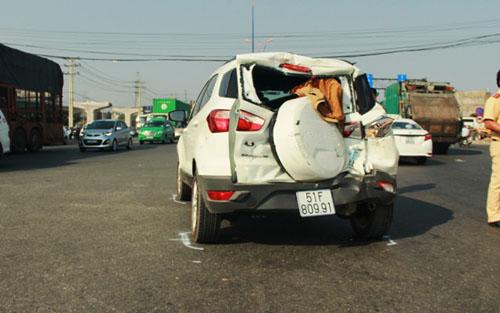 Dừng đèn đỏ, ô tô bốn chỗ bị xe chở rác húc văng 20m - 1