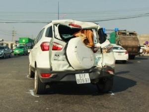 Tin tức trong ngày - Dừng đèn đỏ, ô tô bốn chỗ bị xe chở rác húc văng 20m