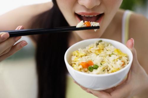 Sai lầm tai hại khi ăn cơm cần bỏ ngay! - 2