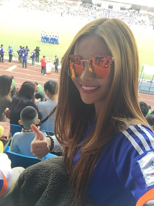 Facebook sao 22/2: Elly Trần khoe vòng eo đáng kinh ngạc - 4