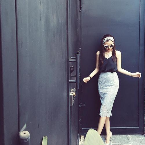 Facebook sao 22/2: Elly Trần khoe vòng eo đáng kinh ngạc - 9