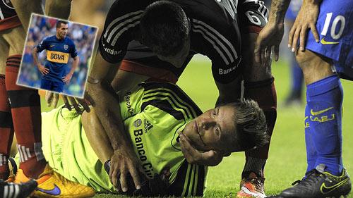 """Hãi hùng: Va chạm, Tevez khiến đối thủ """"chết giấc"""" - 1"""