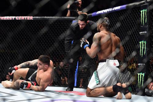 UFC: Hạ đo ván đối thủ rồi... quỳ gối cầu nguyện - 3