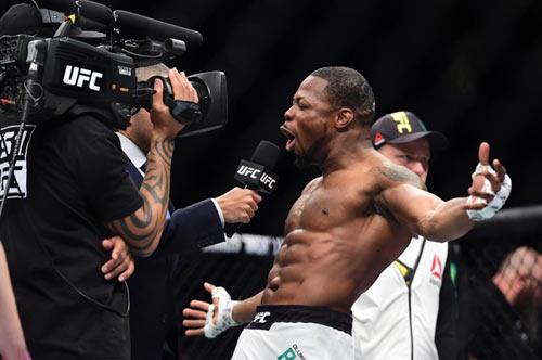 UFC: Hạ đo ván đối thủ rồi... quỳ gối cầu nguyện - 4