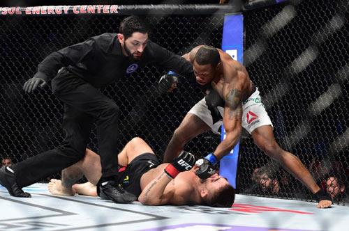 UFC: Hạ đo ván đối thủ rồi... quỳ gối cầu nguyện - 2