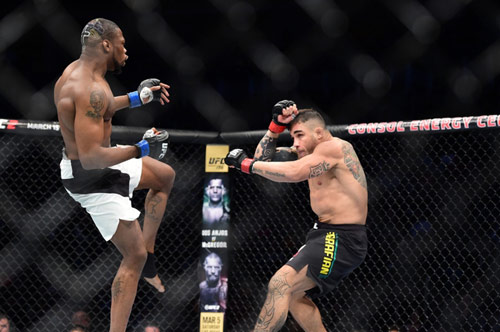 UFC: Hạ đo ván đối thủ rồi... quỳ gối cầu nguyện - 1
