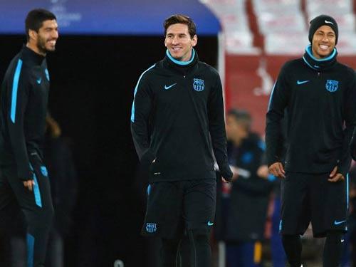 "Henry ""ôm vai bá cổ"" bộ ba Barca, fan Arsenal nóng mặt - 2"