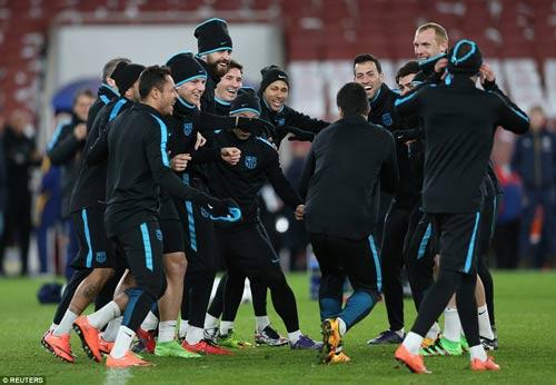 "Henry ""ôm vai bá cổ"" bộ ba Barca, fan Arsenal nóng mặt - 4"