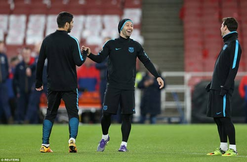 "Henry ""ôm vai bá cổ"" bộ ba Barca, fan Arsenal nóng mặt - 5"