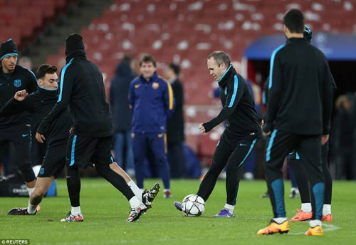 "Henry ""ôm vai bá cổ"" bộ ba Barca, fan Arsenal nóng mặt - 7"