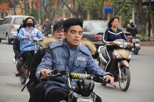 Nhiều học sinh vẫn đầu trần đi xe đạp điện - 1