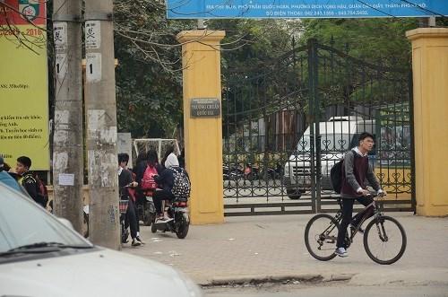 Nhiều học sinh vẫn đầu trần đi xe đạp điện - 2
